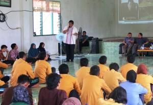 Bupati Yusran Aspar didaulat menjadi pembicara oleh Forum Keluarga Mahasiswa Kabupaten Penajam Paser Utara (Subur Priono - Humas Setkab Penajam Paser Utara)