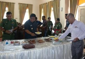 Bupati Yusran Aspar sarapan bersama dengan awak media serta beberapa pejabat di lingkungan Pemerintah Kabupaten penajam Paser Utara (Subur Priono - Humas Setkab Penajam Paser Utara)