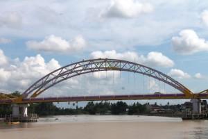 DIMULAI. Sejak seminggu terakhir, jembatan besar Kandilo Bahari mulai dicat ulang. Seluruh warna ungu pada jembatan tersebut, akan diubah menjadi warna kuning. (Rapal JKN - Hello Borneo)