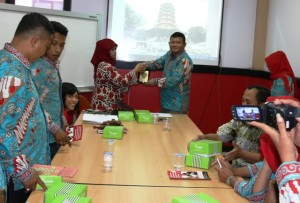 Kabag Humas Sekretariat Kabupaten PPU, Ady Irawan memberikan cindra mata pada Kasubbag Pemberitaan Analisa Media Bagian Humas Pemkot Semarang, Mustika Laksitawati (Subur  - Humas Setkab PPU