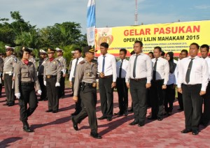 Kapolres Penajam Paser Utara Ajun Komisaris Besar Raden Djarot Agung Riadi melakukan inspeksi pasukan pada apel gelar pasukan Operasi Lilin Mahakam 2015 (AH Ari B - Hello Borneo)