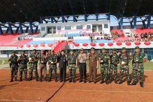 Kasdam VI Mulawarman Brigjen TNI Goerge Elnadus Supit berfoto bersama Usai upacara peringatan Hari Jadi Infantri ke-70 di di Stadion Penajam Paser Utara (Suherman - Hello Borneo)