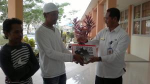 Kepala Dinas Kelautan dan Perikanan Kabupaten Penajam Paser Utara, serahkan bantuan secara simbolis kepada kelompok nelayan.. (Bagus Purwa - Hello Borneo)
