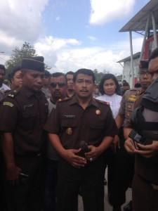Kepala Kejaksaan Negeri Penajam Paser Utara Zullikar Tanjung (dua dari kiri) saat menemui para demonstran (Adi Kutu - Hello Borneo)