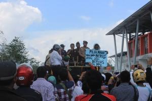 Kepala Kejaksaan Negeri Penajam Paser Utara Zullikar Tanjung saat menemui para pendemo (suherman - Hello Borneo)