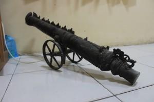 Meriam yang diakui oleh pelaku penipuan milik tentara VOC diamankan Polres Penajam Paser Utara bersama empat kawanan pelaku penipuann (Suherman - Hello Borneo)..