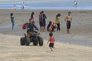 Pantai Tanjung Jumlai, di Kabupaten Penajam Paser Utara, diprediksi akan dipadati pengunjung pada liburan Tahun Baru 2016 (Suherman - Hello Borneo).