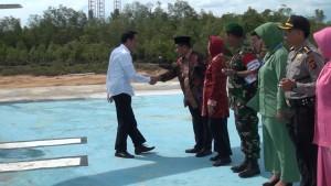 """Presiden RI Joko Widodo (kanan) disambut Bupati Penajam Paser Utara, Yusran Aspar (kiri) saat tiba di lokasi """"groundbreaking""""  di Kawasan Industri Buluminung (Subur Priono - Humas Setkab Penajam Paser Utara)"""