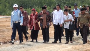 """Presiden RI Joko Widodo (ketiga dari kanan)bersama Bupati Penajam Paser Utara, Yusran Aspar (ketiga dari kiri) saat di lkoasi """"groundbreaking""""  di Kawasan Industri Buluminung (Subur Priono - Humas Setkab Penajam Paser Utara"""