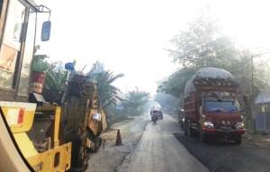 Proyek perbaikan infrastruktur jalan di Kabupaten Penajam Paser Utara untuk memperlancar akses transportasi warga. (Subur Priono - Humas Setkab Penajam Paser Utara)