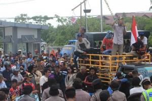 Ratusan masyarakat yang tergabung dalam aliansi masyarakat penajam untuk hukum berkeadilan melakukan aksi demo terkait dugaan pemerasan yang dilakukan oknum jaksa Kejaksaan Negeri Penajam Paser Utara (Suherman - Hello Borneo)