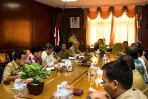 Situasi Rapat Penetapan UMK Penajam Paser Utara 2016 yang dipimpin oleh Bupati Yusran Aspar antara Dewan Pengupahan Daerah, Apindo, SBSI dan Kahutindo (Suherman - Hello Borneo)