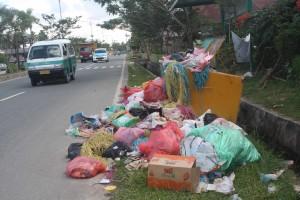 Sampah di TPS di Kabupaten Penajam Paser Utara masih menumpuk dan berantakan sehingga menimbulkan pemandangan yang tidak bersih dan menimbulkan bau kurang sedap (AH Ari B Hello Borneo)