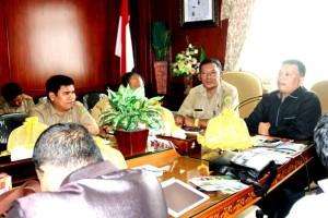 Staf ahli Bupati Penajam Paser Utara Bidang Pembangunan, Rahman Nurhadi (kiri) saat menerima kunjungan DPRD Tanah Datar, Sumatera Utara (Iskandar - Humas Setkab Penajam Paser Utara)
