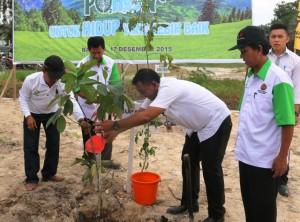 Staf ahli Bupati Penajam Paser Utara,  Bidang Pembangunan, Rahman Nurhadi memanam pohon pada  kegiatan peringatan   Hari Menanam Pohon Indonesia (Subur Priono - Humas Setkab Penajam Paser Utara)