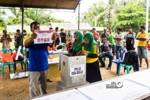 Suasana pencoblosan pilkades di Desa Sesulu, kecamatan Waru, Kabupaten Penajam Paser Utara (Elim Sahara - Hello Borneo)