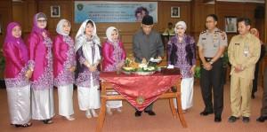 Wakil Bupati Penajam Paser Utara Mustaqim MZ memotong tumpeng pada peringatan Hari Ibu (Iskandar - Humas Setkab Penajam Paser Utara)