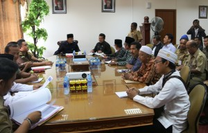 Wakil Bupati Penajam Paser Utara, Mustaqim MZ (peci hitam) pimpin musyawarah kerukunan antar umat beragama  (Subur Priono - Humas Setkab Penajam Paser Utara)
