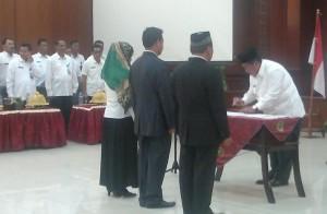 Bupati Kabupaten Penajam Paser Utara, Yusran Aspar melantik dan mengambil sumpah terhadap 48 pejabat eselon II, III dan IV (AH Ari B - Hello Borneo).