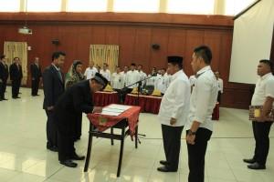 Bupati Kabupaten Penajam Paser Utara, Yusran Aspar melantik dan mengambil sumpah terhadap 48 pejabat eselon II, III dan IV (Suherman - Hello Borneo)