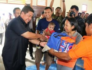 Bupati Penajam Paser Utara, Yusran Aspar serahkan bantuan kepada korban kebakaran di Desa Telemow, Kecamatan Sepaku (Subur Priono - Humas Setkab Penajam Paser Utara)