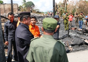 Bupati Penajam Paser Utara, Yusran Aspar (topi hitam) saat meninjau loksi kebakaran di Desa Telemow, Kecamatan Sepaku (Subur Priono - Humas Stkab Penajam Paser Utara)