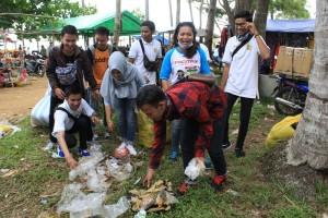 Duta Wisata Penajam Paser Utara, tergabung dalam Asossiasi Duta Wisata Indonesia saat melakukan aksi bersih-bersih di kawasan pantai rekreasi, Tanjung Jumlai (Suherman - Hello Borneo)
