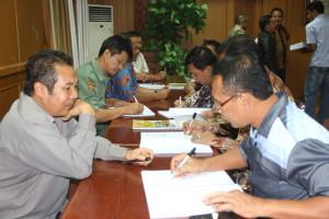 Kepala SKPD tanda tangani masing-masing DPA APBD 2016 yang telah diserahkan oleh Pemerintah Kabupaten Penajam Paser Utara (Iskandar - Humas Setkab Penajam Paser Utara)