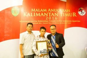 Raisman (tengah) meraih penghargaan sebagai pengemudi teladan pada pemilihan AKUT tingkat Provinsi Kalimantan Timur (Suherman - Hello Borneo)