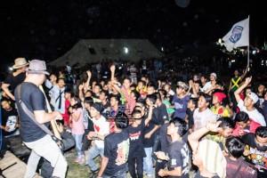 """Ribuan pengunjung berjoget reggae bersama pada malam puncak """"Anniversary"""" ke-5 Penajam """"Scooter Club"""" di halaman Makodim 0913 Penajam Paser Utara (Suherman - Hello Borneo)"""