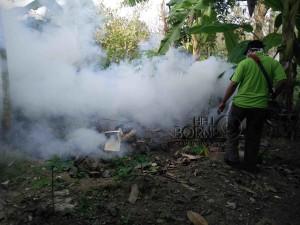 """Tim Puskesmas Penajam, Kabupaten Penajam Paser Utara, lakukan """"fogging""""  tekan penyebaran DBD (AH Ari B - Hello Borneo)"""