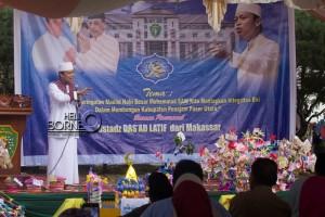 Ustad Das'ad Latif saat meyampaikan tausiyah pada peringatan Maulid Nabi Muhammad SAW di halaman Kantor Sekretariat Kabupaten Penajam Paser Utara (Suherman - Hello Borneo)