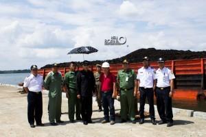 Wakil Bupati Penajam Paser Utara, Mustaqim MZ (baju hitam) saat uji coba Pelabuhan Benuo Taka di Kawasan Industri Buluminung (Suherman - Hello Borneo)