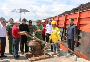 Wakil Bupati Penajam Paser Utara, Mustaqim MZ (topi hitam) saat uji coba Pelabuhan Benuo Taka di Kawasan Industri Buluminung (Subur Priono - Setkab Penajam Paser Utara)