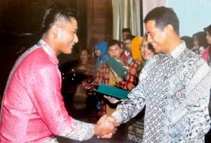 Toto Sunaryo saat menerima penghargaan. (Subur Humas - Setkab PPU)