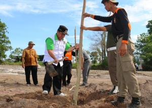 Bupati Penajam Paser Utara, Yusran Aspar pimpin kegiatan gotong royong dan penanaman pohon (Subur Priono - Humas Setkab Penajam Paser Utara)