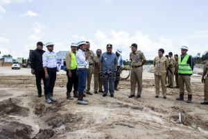 Bupati Penajam Paser Utara saat melakukan pengecekan progres pembangunan Bendungan Lawe-Lawe (Suherman - Hello Borneo)