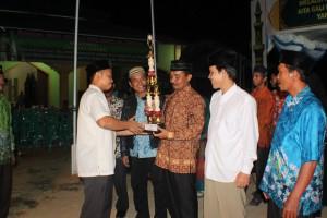 Camat Penajam Pang Irawan menyerahkan hadiah kepada pemenang lomba MTQ ke-38 tingkat Kecamatan Penajam (Subur Priono - Humas Setkab Penajam Paser Utara)