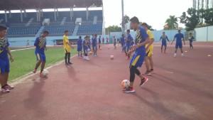 Tim sepak bola giat berlatih untuk persiapan Piala Gubernur. (Dha - Hello Borneo)