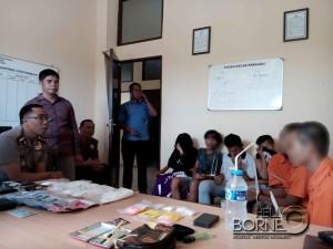 Kapolres Penajam Paser Utara, AKBP Raden Djarot Agung Riadi (kacamata) menginterogasi tujuh pelaku penyalahgunaan narkoba dan obat-obatan terlarang yang berhasil diamankan (AH Ari B - Hello Borneo)