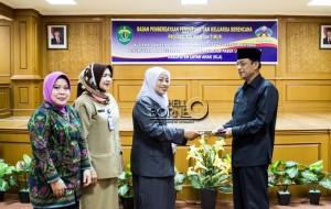 Penyerahan Surat Keputusan  Gubenur Kalimantan Timur Tentang Penujukan Kabupaten Penajam Paser Utara Menuju KLA (Suherman - Hello Borneo)