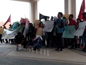 Puluhan Pemuda Komunitas di Kecamatan Sepaku, menggelar aksi unjuk rasa di halaman Kantor DPRD Kabupaten Penajam Paser Utara, terkait krisis listrik (AH Ari B - Hello Borneo)