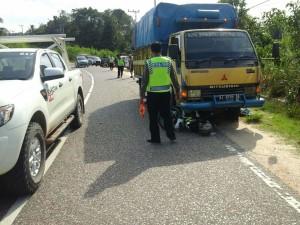 Satu orang tewas akibat tabrakan truk dan motor di Jalan Provinsi kilometer 12 Lawe-Lawe, Kabupaten Penajam Paser Utara (AH Ari B - Hello Borneo)