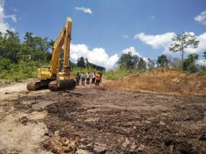 Upaya penanganan penggalian dan membonglar batu bara yang terbakar oleh BPBD Kabupaten Penajam Paser Utara dan UPT PU Kecamatan Babulu agar tidak menimbulkan asap (AH Ari B - Hello Borneo)