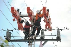 Perbaikan jaringan listrik.(Eef JKN - Hello Borneo)
