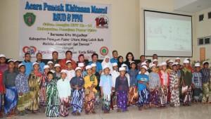Bupati Penajam Paser Utara, Yusran Aspar berfoto bersama dengan anak-anak kurang mampu saat menghadiri kegiatan khitanan massal gratis yang digelar RSUD setempat (AH Ari B - Hello Borneo).
