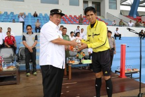 Bupati Penajam Paser Utara, Yusran Aspar menyerah bola kepada salah satu pemain sebagai tandai dibukanya turnamen sepak bola Bupati Cup 2016 (Subur Priono - Humas Setkab Penajam Paser Utara)