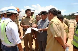 Bupati Penajam Paser Utara Yusran Aspar, saat melakukan pengecekan progres pembangunan Bendungan (Subur Priono - Humas Setkab Penajam Paser Utara)