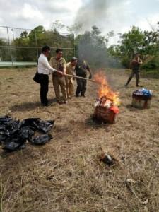 Disperindagko UKM Kabupaten Penajam Paser Utara, musnahkan ratusan produk kadaluarsa (AH Ari B - Hello Borneo)