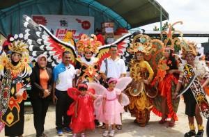 Karnaval pakaian adat daerah salah satu kegiatan Kecamatan Waru memeriahkan hari jadi ke-14 Kabupaten Penajam Paser Utara (Subur Priono - Humas Setkab Penajam Paser Utara)